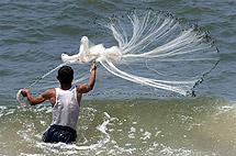 Foto archivio DIA || Momenti della pesca nel Mediterraneo: il lancio della rete