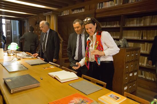 Elisabetta Mughini, coordinatrice del Dipartimento Comunicazione dell'Indire, mostra al ministro alcuni quaderni del fondo ''Materiali scolastici'' custoditi nella sala Michelucci