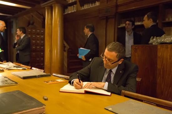 Il ministro Profumo firma il libro d'onore dell'Indire nella sala Michelucci