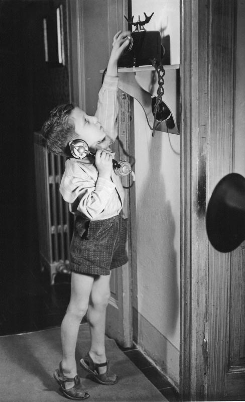 bambino che telefona con un telefono d'epoca