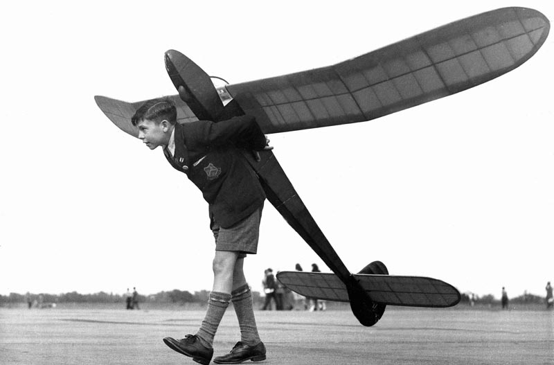 bambino con aeroplanino