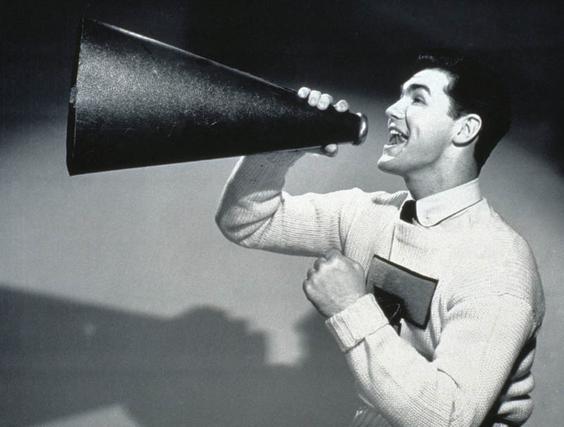 uomo che il megafono