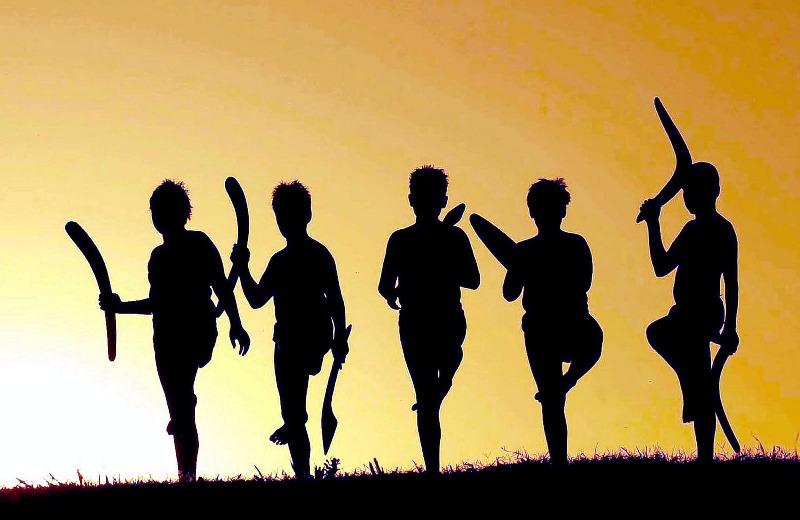sagome di ragazzi con il boomerang