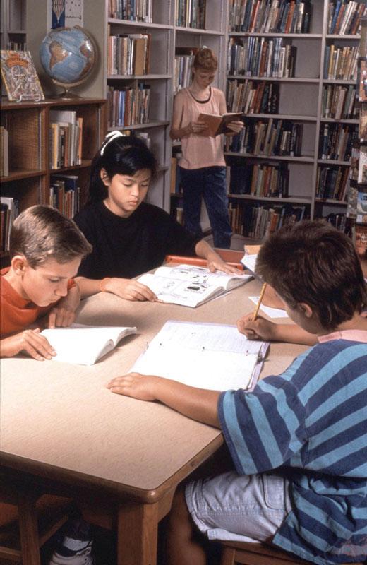 gruppo di studio in biblioteca