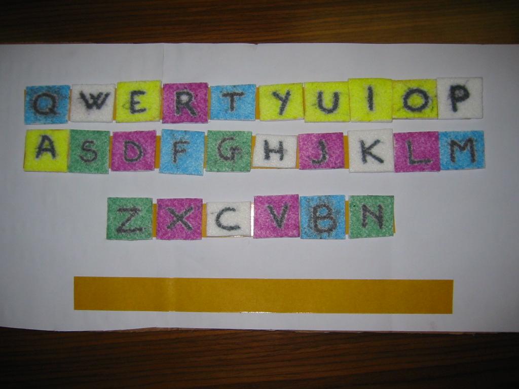 fotografia della tastiera di cartone