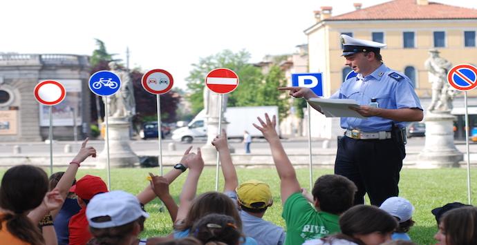 Agente_di_Polizia_Municipale_durante_una_lezione_di_educazione_stradale