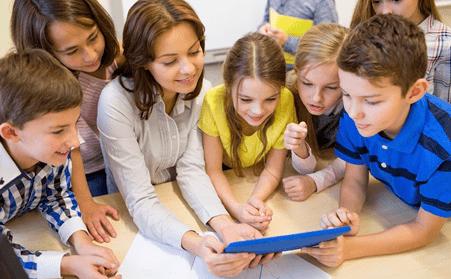 insegnati e alunni che collaborano insieme con un tablet
