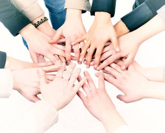 mani che si uniscono in cerchio