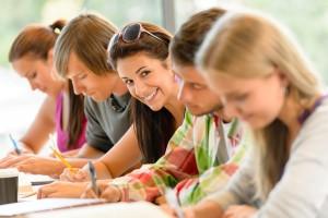 ragazzi delle superiori che studiano