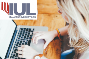 Donna che scrive al PC. Logo in alto della IUL