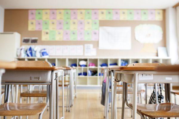Aula scolastica con sedie e banchi