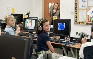 bambini in aula con computer