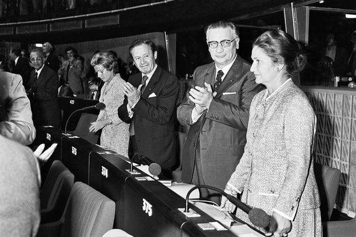 Strasburgo, 17 luglio 1979 - Prima seduta del Parlamento Europeo eletto a suffragio universale. I cittadini della Comunità eleggono 410 deputati europei: un grande passo verso un'Europa più democratica. La francese Simone Veil è eletta Presidente del Parlamento Europeo a maggioranza assoluta nella seconda votazione.