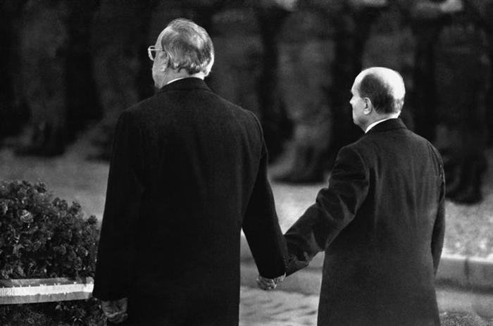 Verdun, 22 settembre 1984 - Il Cancelliere tedesco Helmut Kohl ed il Presidente francese François Mitterrand si tengono per mano durante la commemorazione della battaglia più cruenta della prima guerra mondiale.