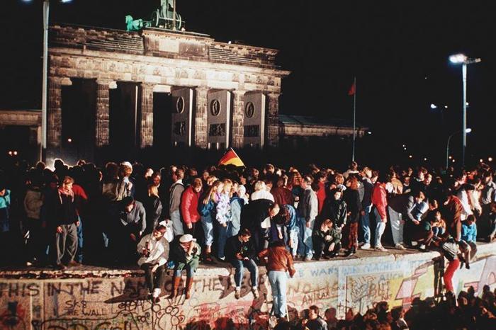 Berlino, novembre 1989 ? Il Governo della DDR decreta l'apertura delle frontiere con la repubblica federale tedesca, è la caduta del Muro di Berlino.