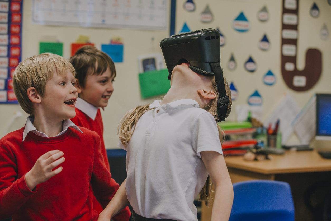 Gli studenti delle scuole primarie stanno sperimentando il visore per la realtà virtuale.
